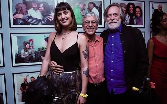 José de Abreu e sua namorada Carol Junger em foto com Caetano Veloso