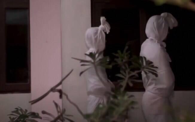 Dois 'fantasmas' andam na vila de Kepuh, na Indonésia, para assustar as pessoas