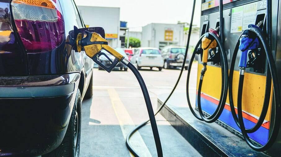 Gasolina apresenta redução de 2,5% em um mês, enquanto diesel recua 1,5%, diz ANP