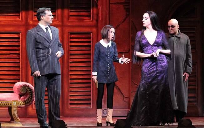 Daniel Boaventura e Marisa Orth como Gomez e Mortícia