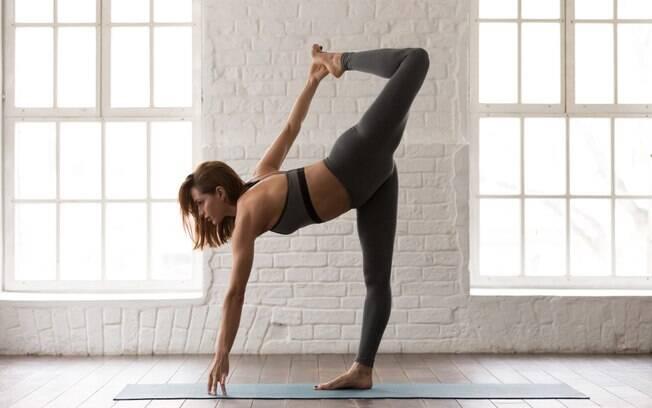 Fazer ioga a relaxar o corpo e a mente e colabora com a diminuição do estresse e da ansiedade