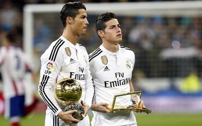 Cristiano Ronaldo e James Rodríguez posam com Bola de Ouro e prêmio Puskás