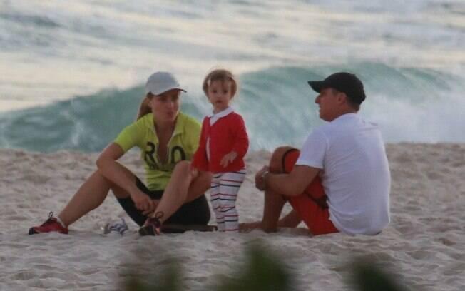 Angélica, Huck e Grazi Massafera passeiam com as filhas no Rio