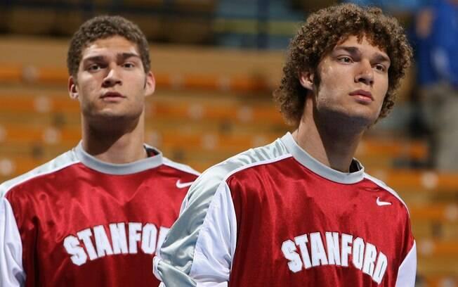 Brook e Robin Lopez foram companheiros de  time na Universidade de Stanford. Hoje, ambos  estão na NBA. Brook joga no Brooklyn Nets. Robin,  no New Orleans Hornets