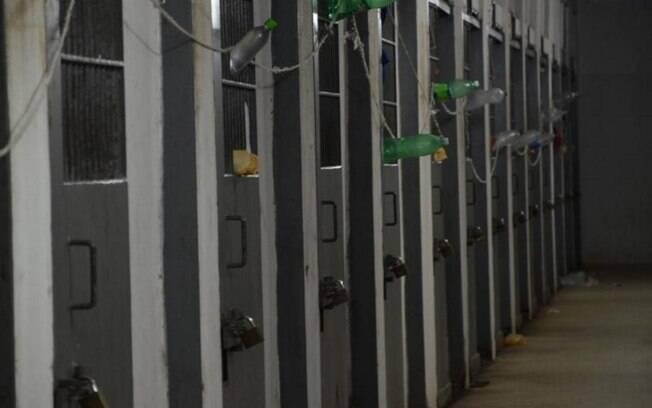 Garrafas usadas como comunicadores em presídio em Porto Alegre: facções tomaram edifícios