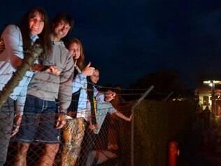 Moradores da região se arriscavam perto de cercas de arame para ver a seleção