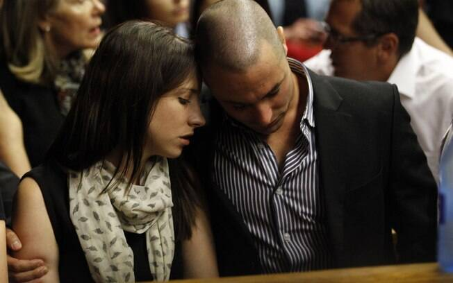 Aimee e Carl, irmãos de Oscar Pistorius,  esperam para mais um dia de procedimentos na corte  em Pretoria, nesta terça-feira, sobre a morte da  modelo Reeva Steenkamp