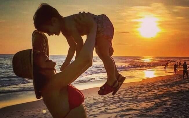 A apresentadora Rafa Brites aproveita sua visibilidade nas redes sociais para quebrar estereótipos da maternidade