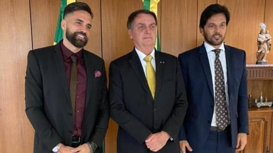 Cantor Latino se encontra com presidente Jair Bolsonaro e o ministro Fábio Faria