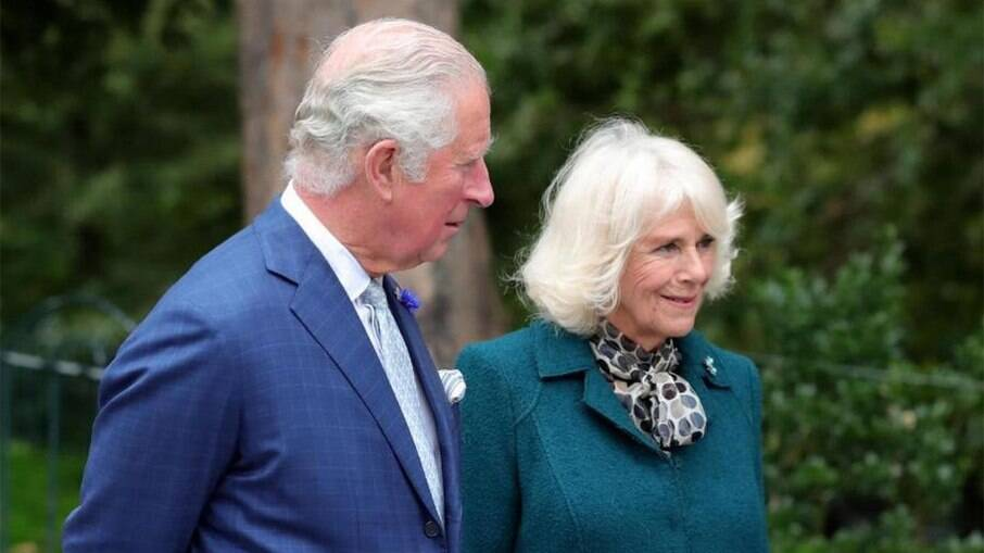 Príncipe Charles e Camilla recebem vacina para Covid-19