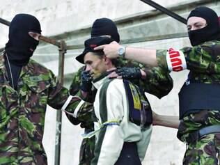 Separatistas. Em Donetsk, militantes pró-Rússia detêm homem em frente a barricadas na cidade