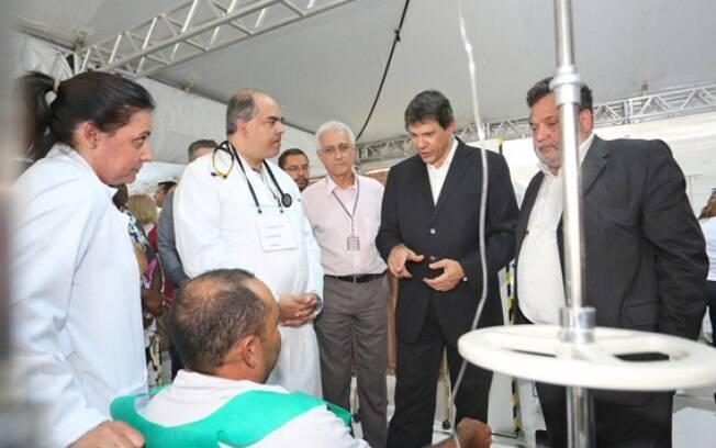 Fernando Haddad conversa com pacientes da doença na manhã desta quinta-feira (16)