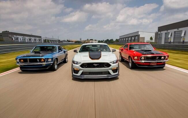 Ford Mustang Mach 1: nova geração do esportivo (no centro) ao lado dos originais do final dos anos 60, que se tornaram clássicos