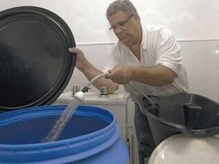 Prevenção. Salão no bairro Funcionários armazena água em um balde para evitar desabastecimento
