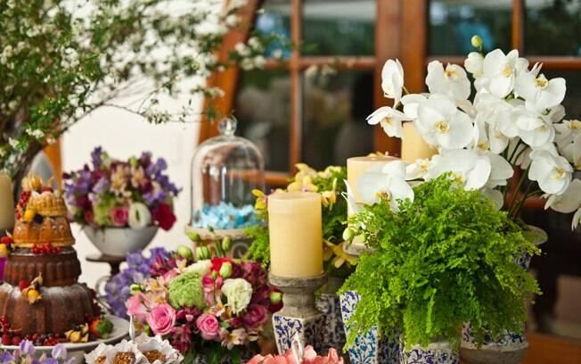Flores tradicionais e folhagens combinadas à mesa: arranjos de várias alturas