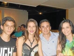Vinícius Moura junto às irmãs Jéssica, com o noivo, Gustavo Marques, e Glenda Moura, que está de mudança marcada para a Alemanha no fim do ano, onde se casará com Christopher.