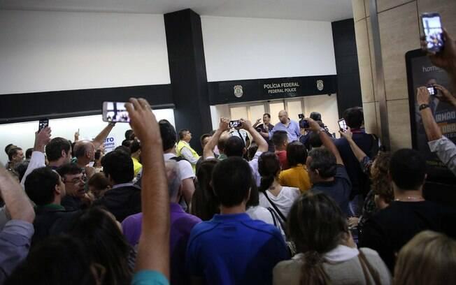 Em frente à Polícia Federal, no aeroporto de Congonhas, zona sul de SP, manifestantes fazem tumulto. Foto: Renato S. Cerqueira/Futura Press - 04.03.16