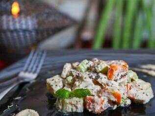 Criação da nutricionista e chef Pâmela Sarkis, a maionese vegana de batata-doce com cenoura e salsão pode ser acompanhamento ou prato principal