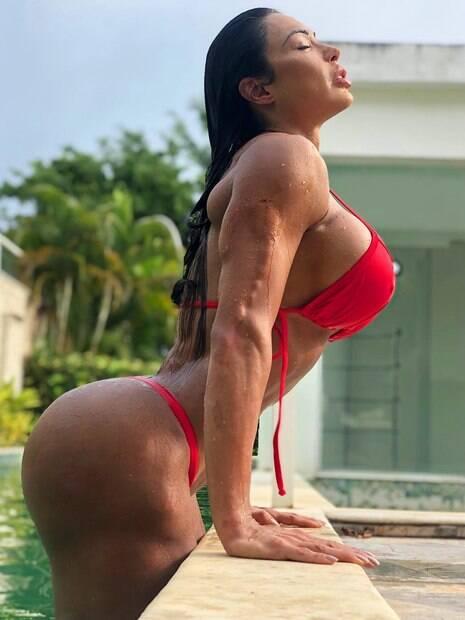 Gracyanne Barbosa surge sexy e filósofa em primeira publicação do ano