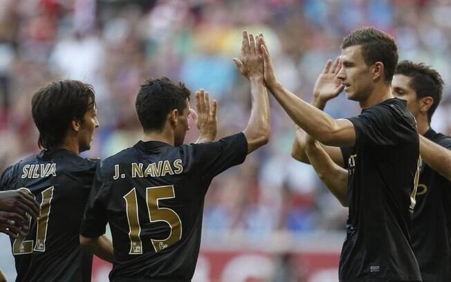 Jogadores do Manchester City celebram gol de  Dzeko na vitória por 5 a 3 sobre o Milan