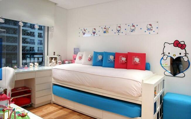 A arquiteta Karina Korn trouxe equilíbrio ao quarto com temática da Hello Kitty com paredes e marcenaria branca e uso moderado da personagem