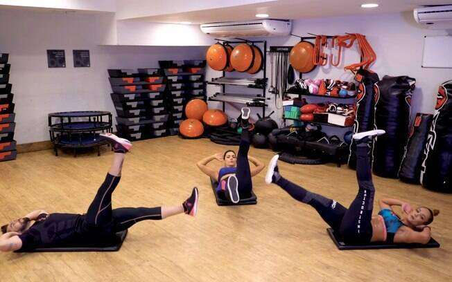 Alternar as pernas durante a abdominal também contribui com a eliminação da