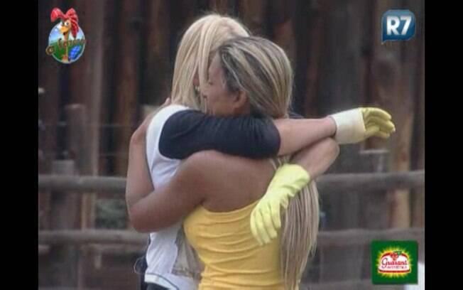 Monique chora e abraça Valesca
