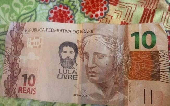 Cédulas foram carimbadas com rosto do ex-presidente Lula e os dizeres
