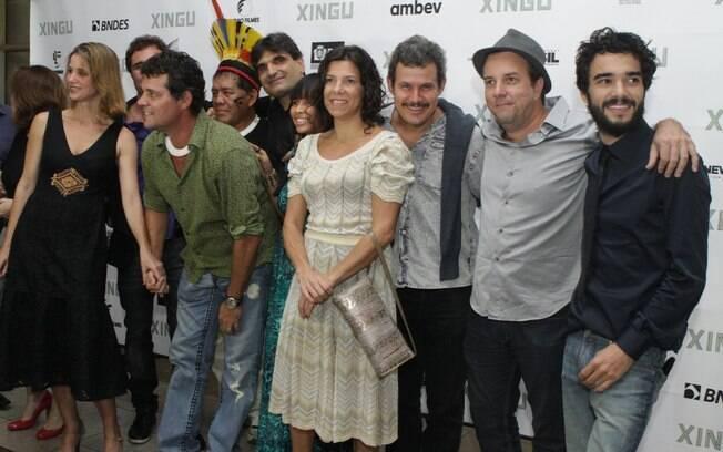 Felipe Camargo com a mulher, e a equipe do filme