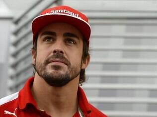 O espanhol estreou na Fórmula 1 em 2001, com 20 anos, correndo pela equipe Minardi-European. Em 2005, o piloto conquistou o seu primeiro título, pela Renault, se tornando o campeão mais jovem da F1. O feito foi batido por Lewis Hamilton em 2008. Alonso voltou a ser campeão em 2006, também pela Renault