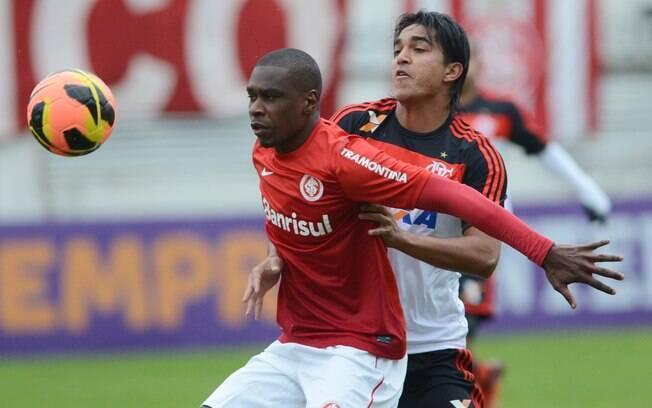 Juan e Marcelo Moreno em lance de Inter x  Flamengo