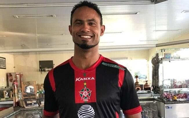 Goleiro Bruno posa com a camisa do Boa Esporte