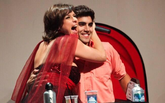Caio Castro recebe o carinho da apresentadora Maria Paula