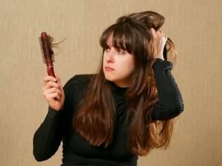 A calvície também atinge as mulheres. Ao primeiro sinal de queda excessiva de cabelos, procure um médico