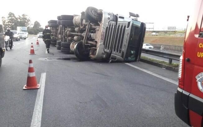 Caminhão carregado com algodão tomba na Anhanguera, em Valinhos