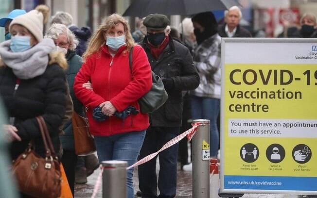 Vacinas contra covid-19 reduzem hospitalizações em 80%, diz agência do governo britânico