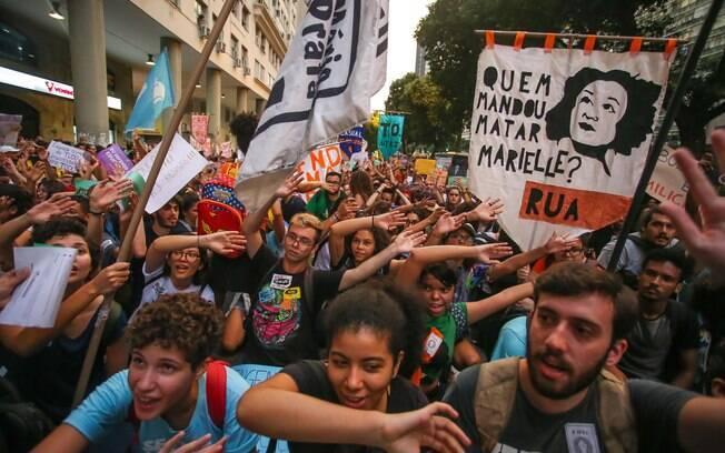 Manifestantes na Praça da Candelária, na região central do Rio de Janeiro
