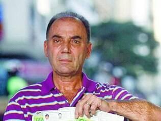 O vendedor Carlos da Costa reclama de pagar mais do que deve