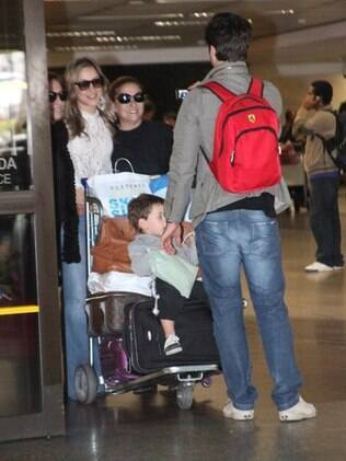 Simpática, Claudia Leitte atendeu aos pedidos dos fãs e tirou fotos na saída do aeroporto