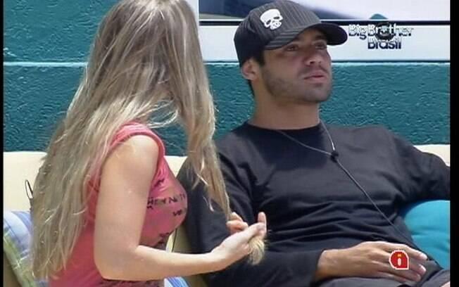 Renata diz para Yuri que conversou com Monique antes de reatar romance com Jonas