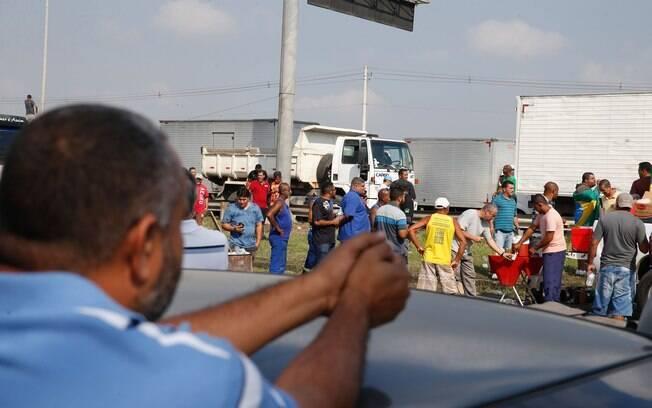 Caminhoneiros mantiveram mobilização com bloqueio de rodovias apesar de acordo com o governo