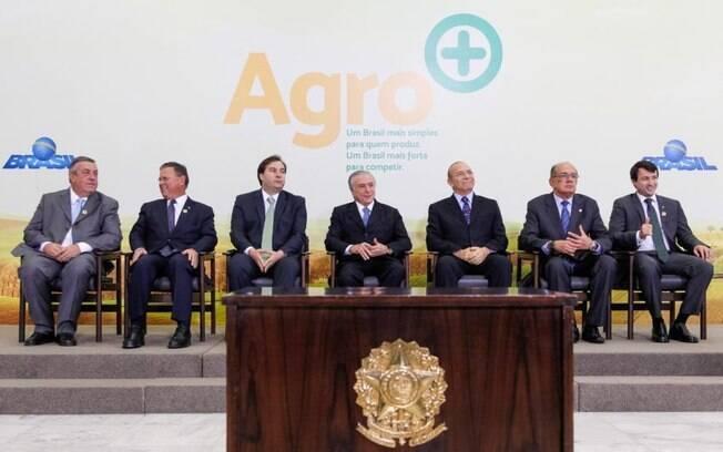 Michel Temer e autoridades durante a cerimônia de lançamento do Plano Agro+ no salão nobre do Palácio do Planalto