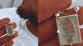 Brunet mostra colar de Medina com beijo do casal