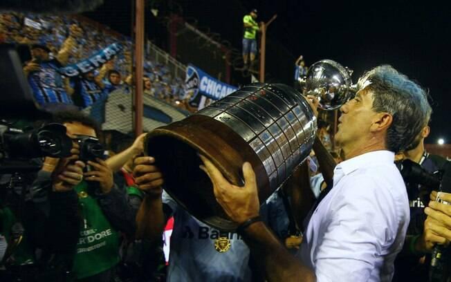 Renato Gaúcho levanta o troféu da Copa Libertadores de 2017