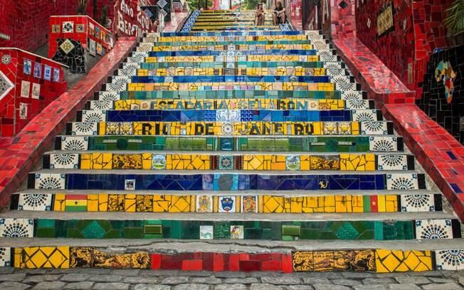 A Escadaria Selarón se tornou um cenário de fotos para turistas que visitam o Rio de Janeiro