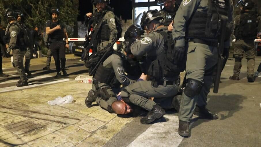 Conflito entre israelenses e palestinos deixa centenas de feridos em Jerusalém
