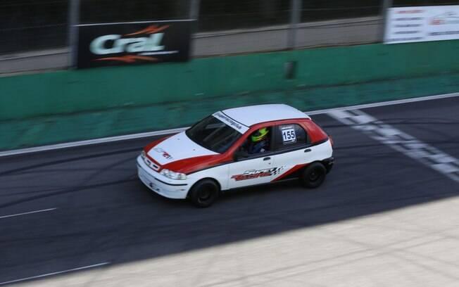 Aproveitamos o track day em Interlagos para acelerar um Fiat Palio preparado para competição