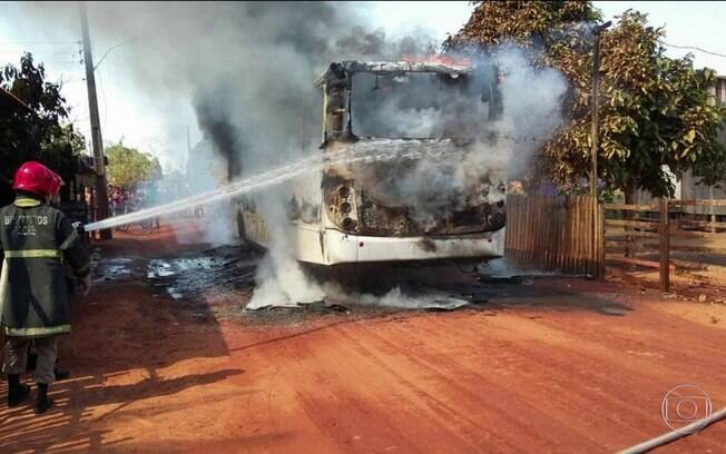 Pelo menos quatro ônibus foram destruídos completamente na madrugada de domingo (6), na capital do Acre