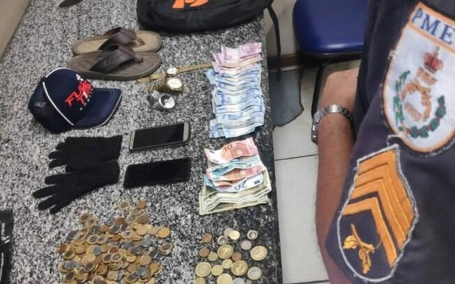 Polícia encontrou dinheiro e joias roubadas com o criminoso.