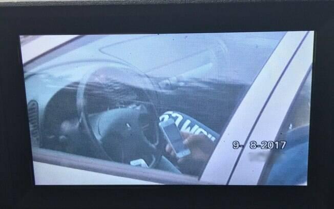 O Twitter da Polícia Rodoviária Britânica publicou em seu Twitter a imagem do motorista
